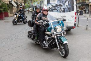 Foto: Stadtverordnetenvorsteher Stephan Siegler auf einer Harley kommt mit seinem Sohn Leon, zum Motorradfrühstück im Steigenberger Frankfurter Hof.