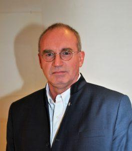Chirurgischer Kniespezialist Hans Kuhlbrodt in seiner Praxis in Usingen