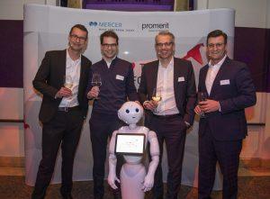 Kai Anderson (Erster von links) und Daniel Tasch (Erster von rechts) mit dem Mercer-CEO Deutschland Achim Lüder (dritter von links)