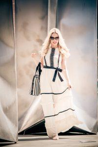 Lifestylebloggerin Jane Uhlig trägt ein Kleid von JS Lifestyle in Bad Soden Foto: Edward Park