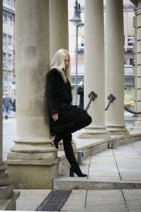 Jane Uhlig am historischen Säulengang vor der Ehrenhofterrasse des Hotels Steigenberger Frankfurter Hof