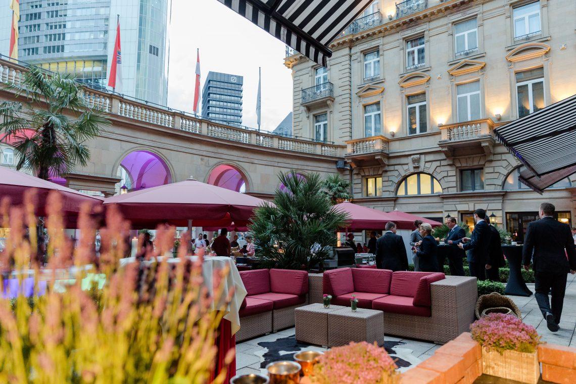 Steigenberger Frankfurter Hof: Grill & Chill-Events auf der Ehrenhofterrasse mit Live-Musik