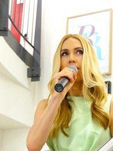 Jane Uhlig moderiert die Fashion Show von JS Lifestyle in Bad Soden