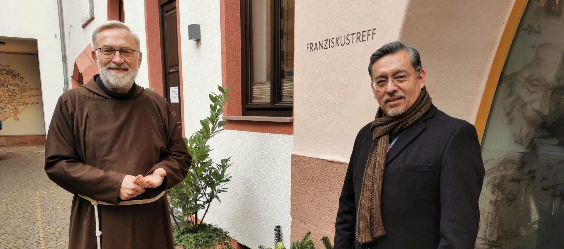 """""""Ich möchte obdachlosen Menschen direkt helfen"""" Bruder Paulus und Rubén Zárate im Franziskustreff"""