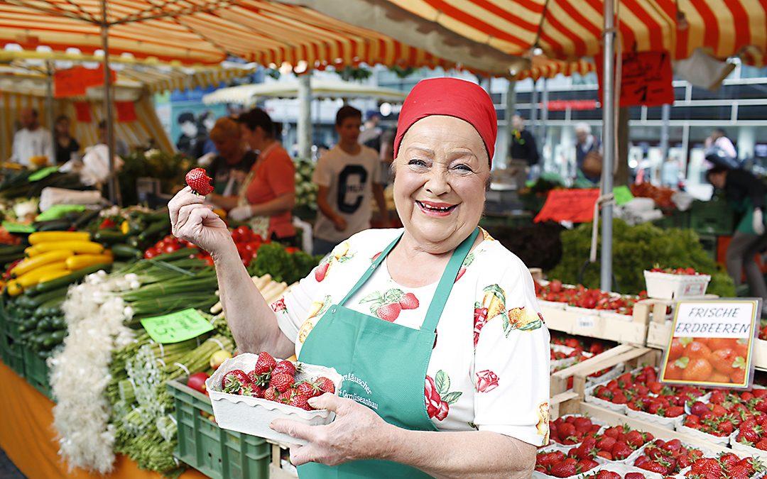 Hugendubel Frankfurt Steinweg: Die bekannteste Marktfrau Hessens Lore Bäuscher übergibt Spende an Bruder Paulus